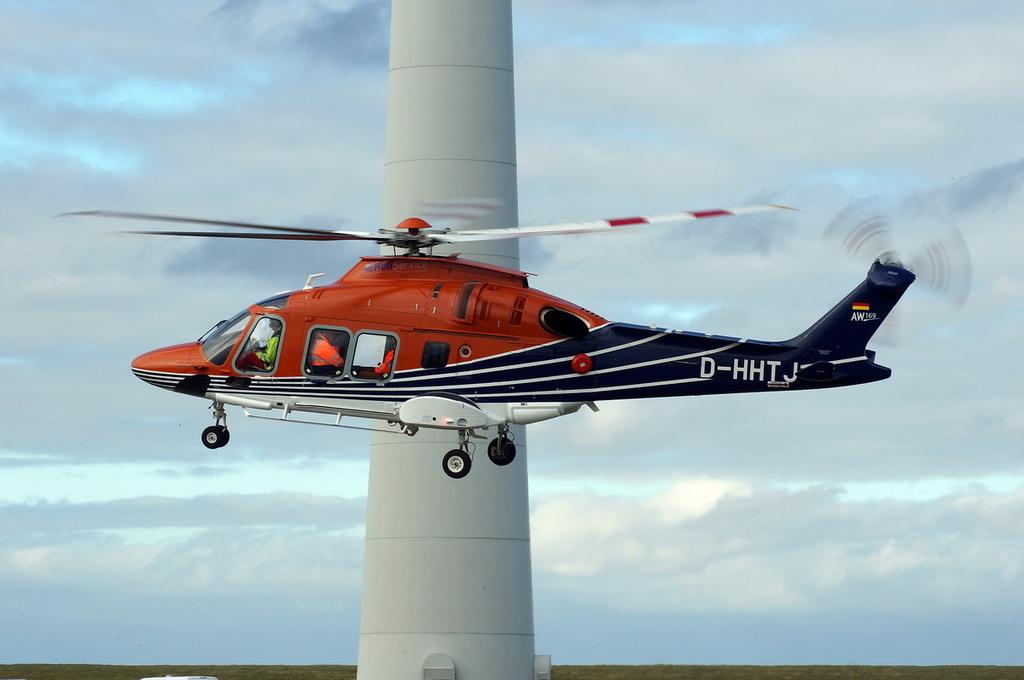 De meetgegevens van het geluid bleven ver onder de toegestane normering tijdens de succesvolle testvlucht die een helikopter onlangs in de Eemshaven maakte (Foto Hendrik Cazemier)