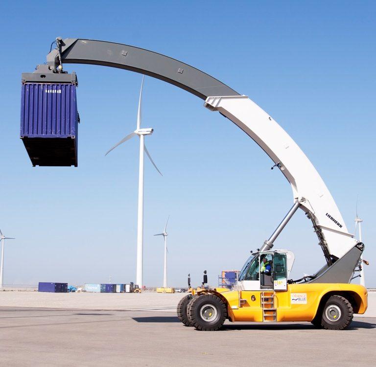 De nieuwe, moderne reachstacker op het terrein van Orange Blue Terminals in de Eemshaven