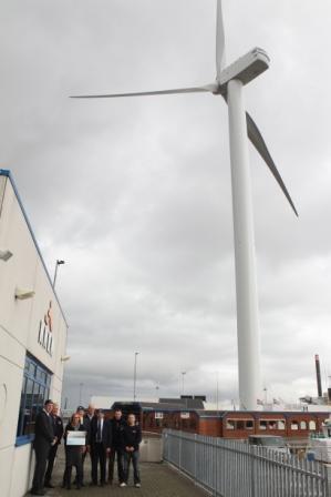 Voorzitter Marijke van Beek van het KNRM reddingstation ontvangt de donatie uit handen van Jan Boorsma, vertegenwoordiger van RWE/Essent voor het windpark Westereems in de gemeente Eemsmond.