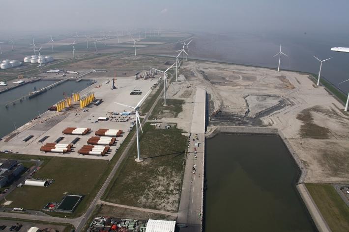 De Beatrixhaven met rechtsboven de bouwput