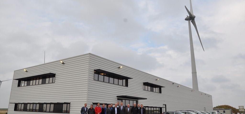 De betrokkenen voor de opgeleverde offshore servicebasis van EMS Maritime Offshore en Siemens in de Eemshaven
