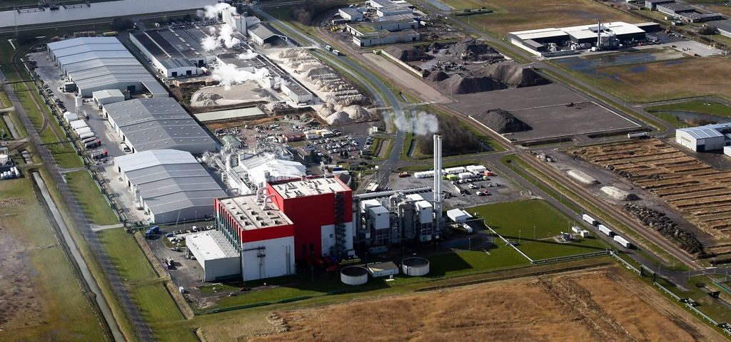 De kenmerkende rode Energy from Waste fabriek van EEW met op de voorgrond het terrein waar het Duitse MDSU een installatie gaat bouwen