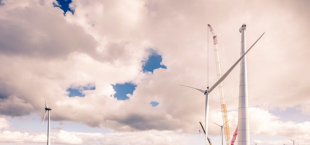 De rotor wordt op zijn plaats gehangen in de Eemshaven, waarmee de hoogste windmolen van Nederland een feit is (foto J. Lousberg)