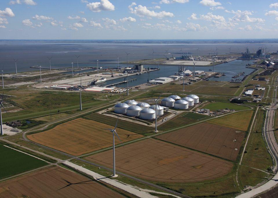 Overzicht van de Eemshaven met rechts onderin de contouren van de nieuwe weg Emmapolder
