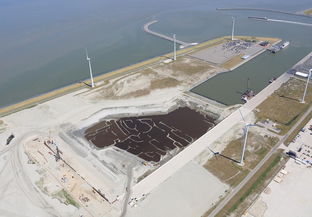 Overzicht van de werkzaamheden aan de Beatrixhaven met linksonder de in aanbouw zijnde zware lading kade