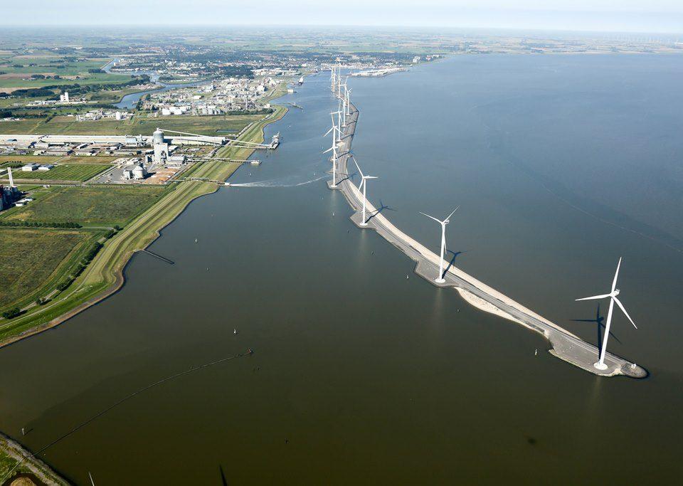 Het Zeehavenkanaal in Delfzijl met rechts de te renoveren schermdijk