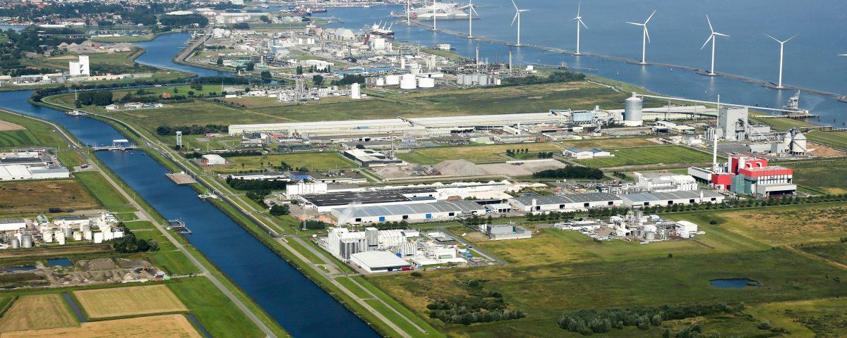 Het industriegebied in Delfzijl met op de achtergrond de Eemshaven