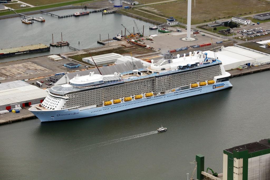 Het cruiseschip Quantum of the Seas ligt afgemeerd in de Julianahaven (Foto Koos Boertjens)