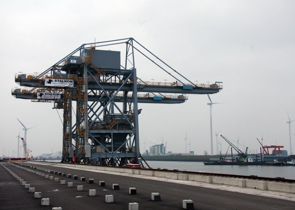 Beide megakranen op een ponton afgemeerd aan de zuidkade Wilhelminahaven