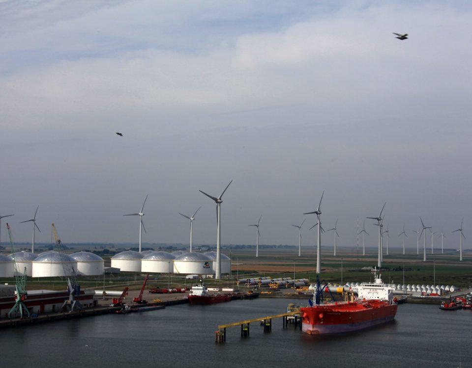 Het eerste 'olieschip' MS Eagle Matsuyama ligt afgemeerd aan de nieuwe oliesteiger in de Julianahaven. Links de elf tanks van Vopak Terminal Eemshaven.