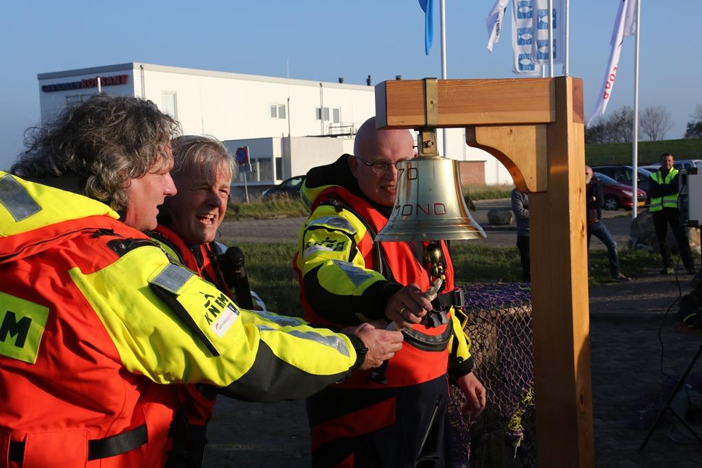De heren Van Gelder, Post en Staghouwer (vlnr) luiden, na een uitgebreide inspectie, officieel de werkzaamheden van de kadeverlenging in de haven van Lauwersoog in