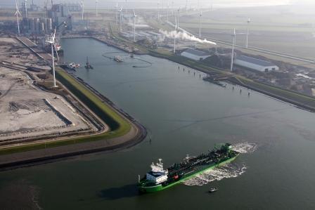 De Pearl River aan het werk in het Doekegatkanaal. Linksachter is de in aanbouw zijnde centrale van RWE/Essent zichtbaar en aan de rechterkant het recyclingbedrijf Theo Pouw.