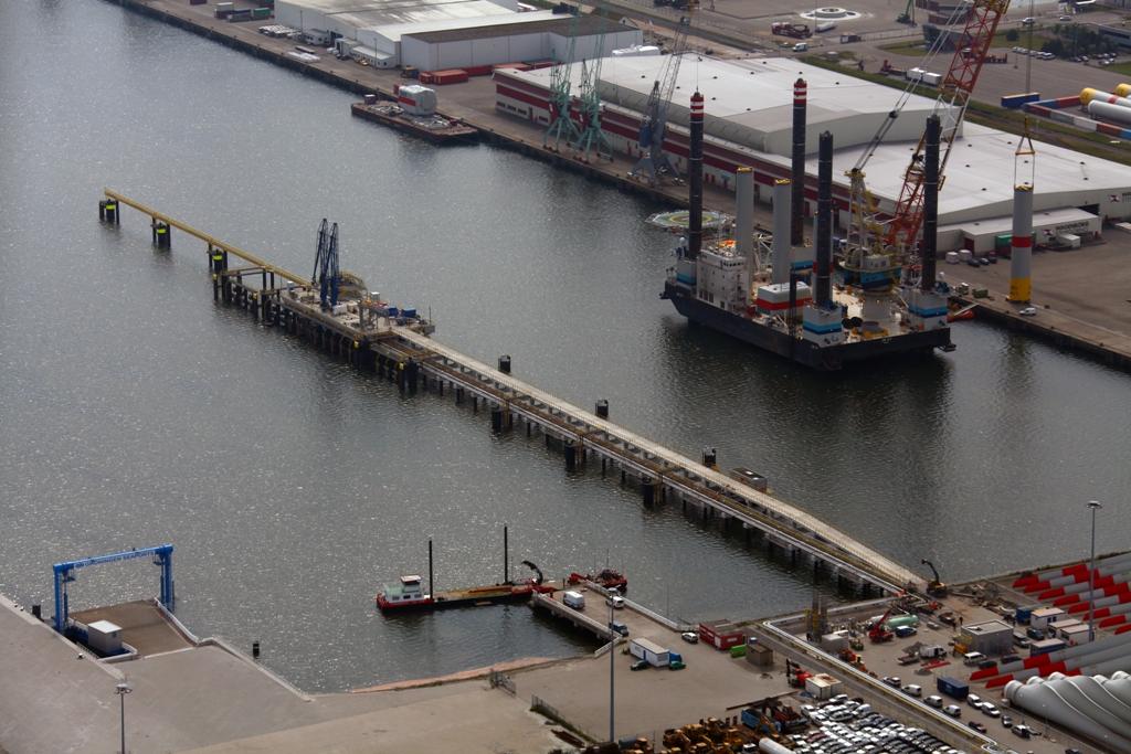 De opgeleverde oliesteiger in de Julianahaven