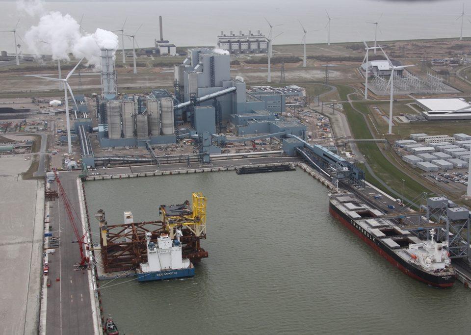 Historisch plaatje van de Wilhelminahaven met links de Eide barge en rechts de Mangarella. Op de achtergrond de energiecentrale van RWE Essent.