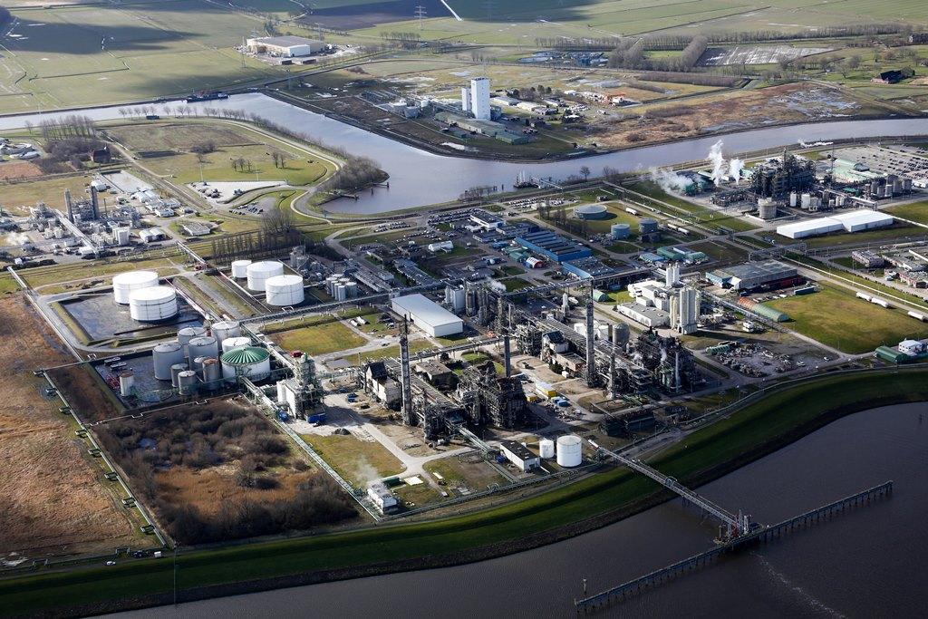 De fabriek van Dutch Glycerine Refinery op het chemiecluster in Delfzijl