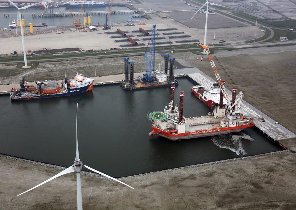 De voltooide Beatrixhaven ligt al vol met offshore vaartuigen
