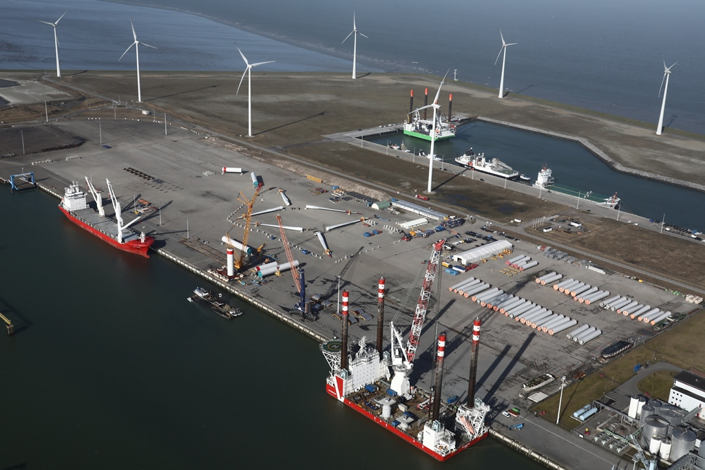 Het installatieschip MPI Enterprise ligt afgemeerd aan de kade van Orange Blue Terminals in de Eemshaven