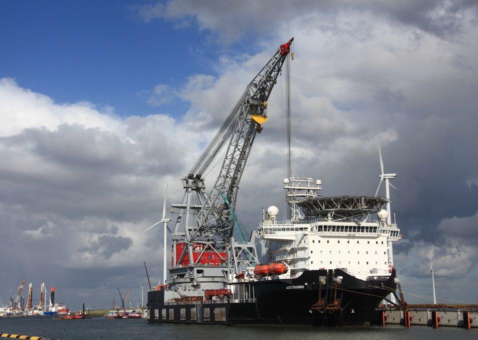 Het imposante kraanschip Oleg Strashnov aan de Noordkade van de Wilhelminahaven
