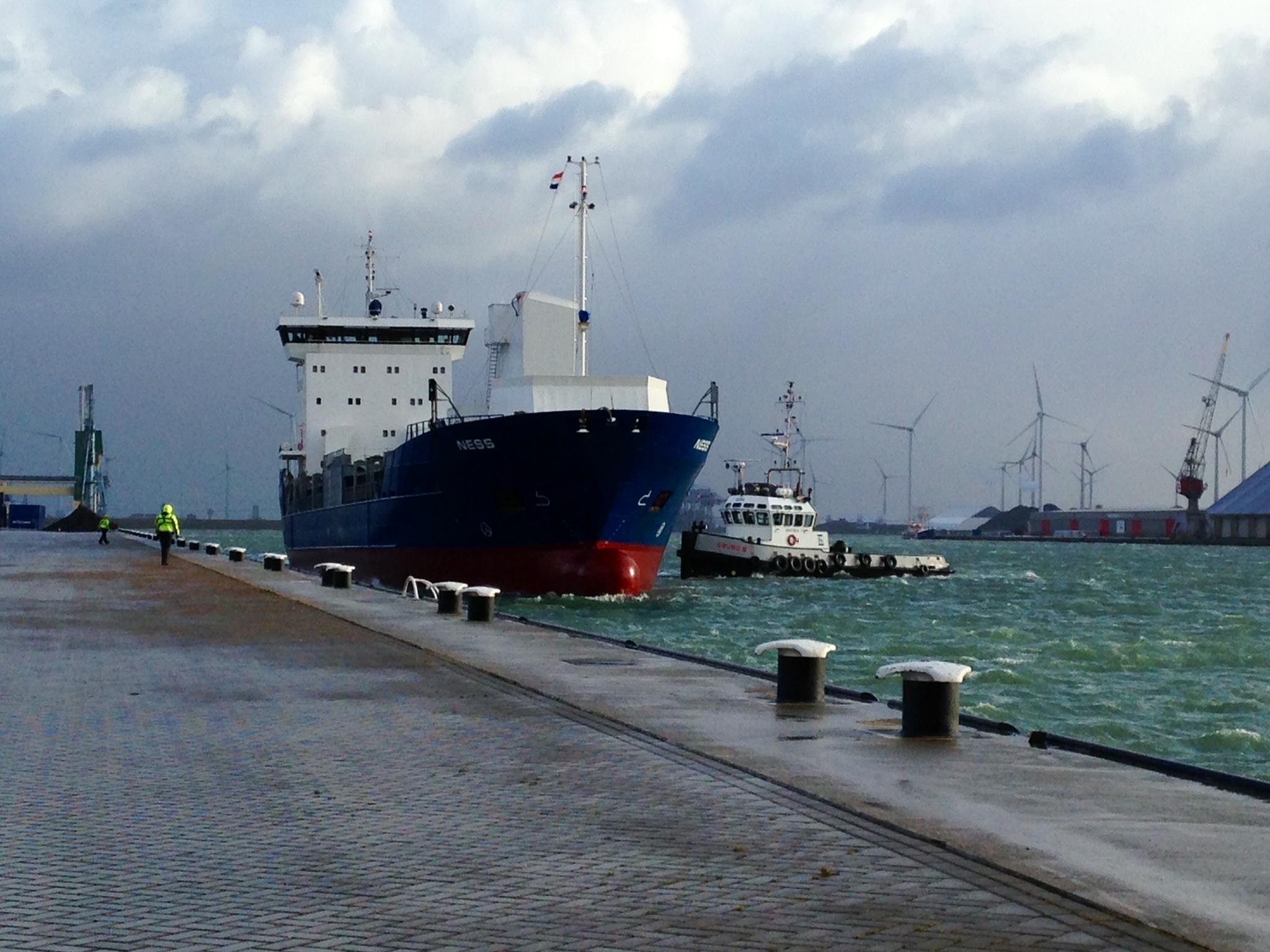 De mv Ness meert af bij OBT in de Eemshaven voor de eerste lading naar Zweden