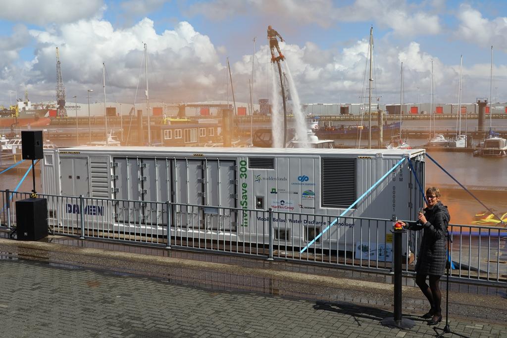 Anneke Schäfer van de Natuur en Milieufederatie Groningen neemt door een druk op de knop het ballastwater behandelsysteem InvaSave officieel in gebruik (foto Koos Boertjens)