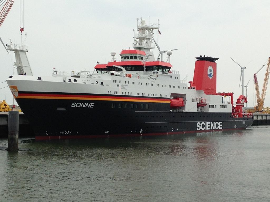 Het onderzoeksschip Sonne ligt afgemeerd in de Eemshaven