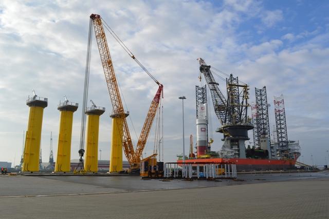 Op- en overslag van fundatieonderdelen voor het windpark 'Borkum Riffgrund 1' bij OBT in de Eemshaven