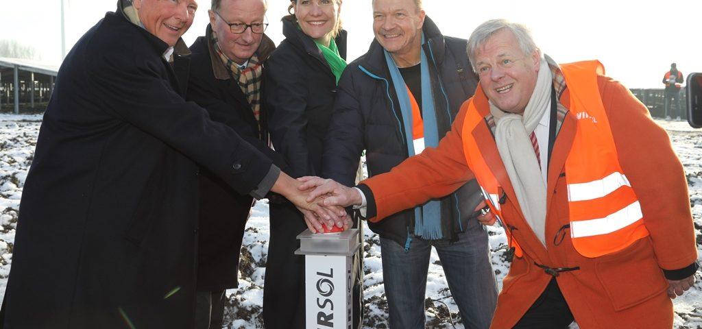 De openingshandeling met vlnr Hans Hoven (Sunport-Energy), IJzebrand Rijzebol (gemeente Delfzijl), Fleur Gräper-Van Koolwijk (Provincie Groningen), Peter Vest (WIRSOL) en Harm Post (Groningen Seaports)
