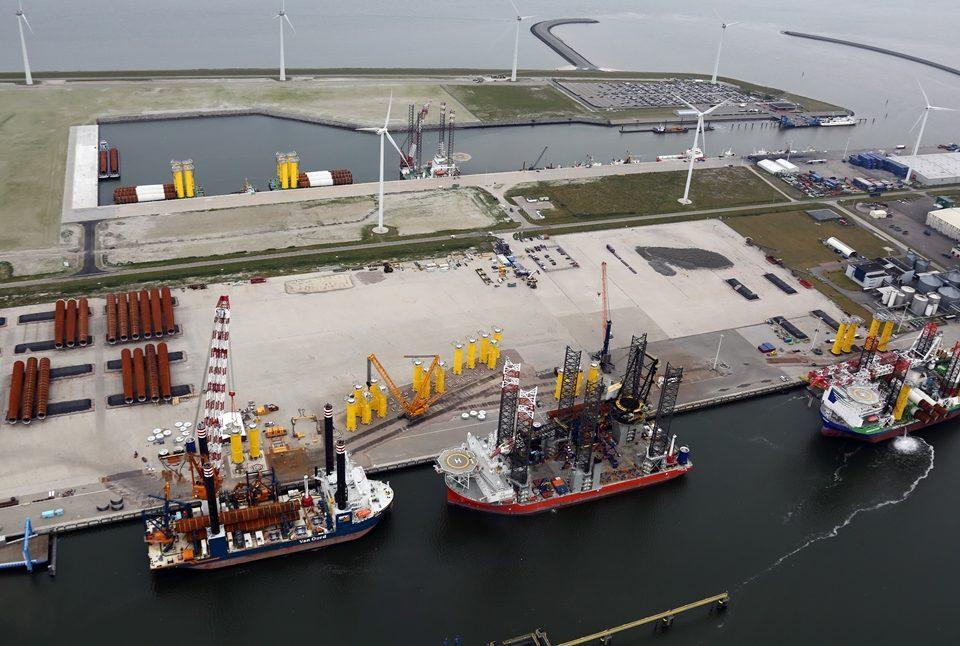 Archieffoto van de Eemshaven ten tijde van de bouw van het Gemini WIndpark