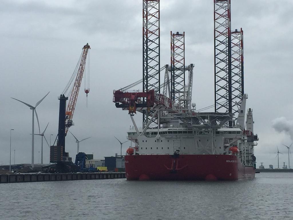De Seajacks Scylla afgemeerd bij Orange Blue Terminals in de Eemshaven (foto M. van den Heuvel, Orange Blue Terminals)