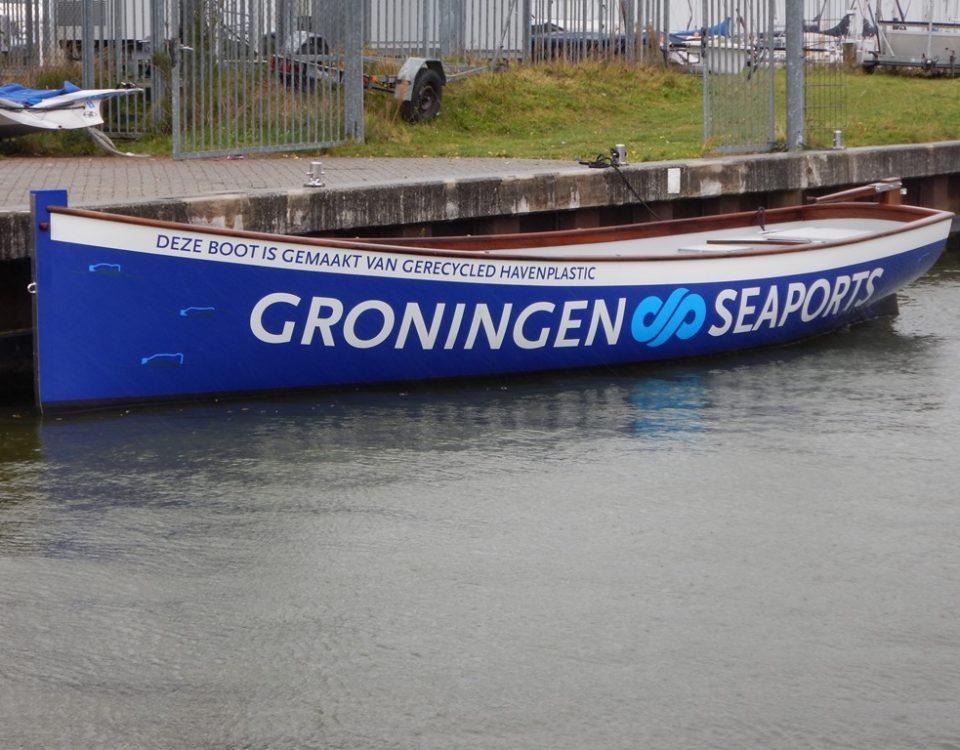 De Admiraalsloep van Groningen Seaports, gemaakt van gerecycled havenplastic