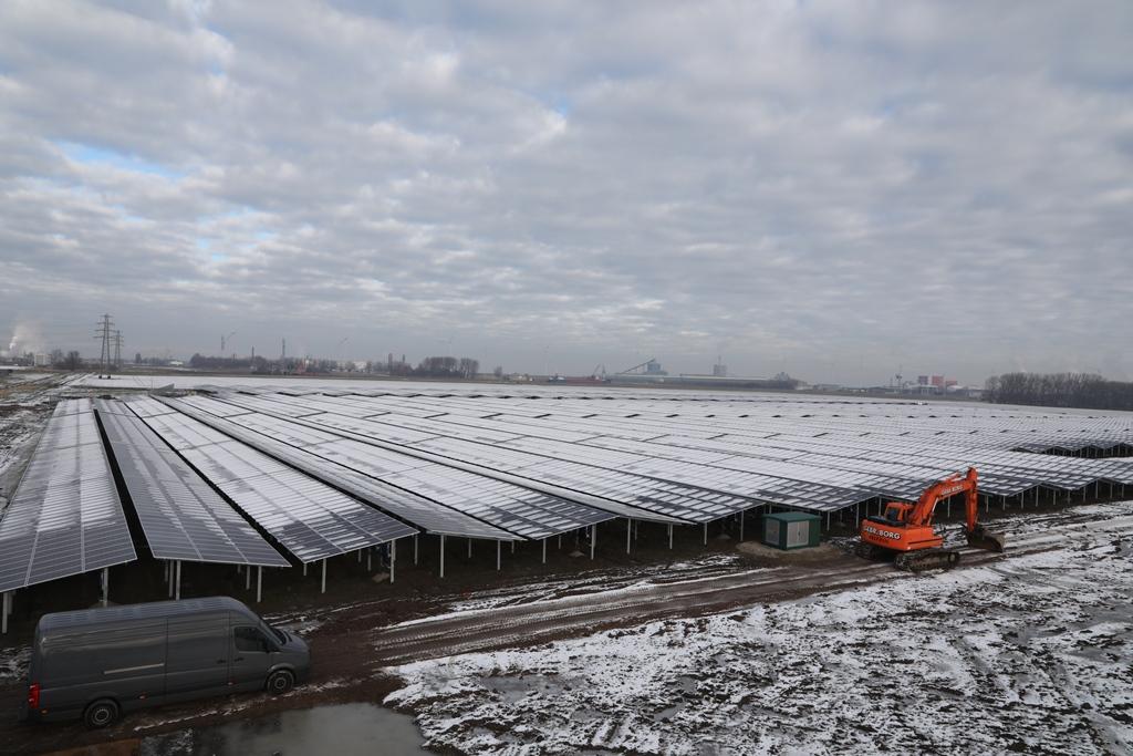 Overzicht van het grootste zonnepark van Nederland Sunport Delfzijl
