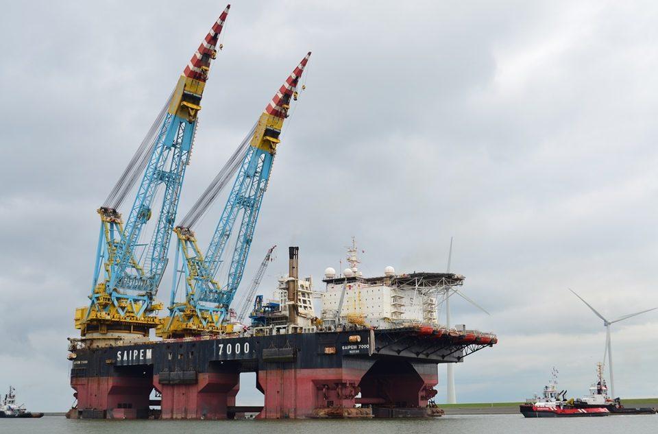 Onder begeleiding van vier sleepboten vertrekt de Saipem uit de Eemshaven (Foto Mariska Burema / www.eemshavenonline.nl)