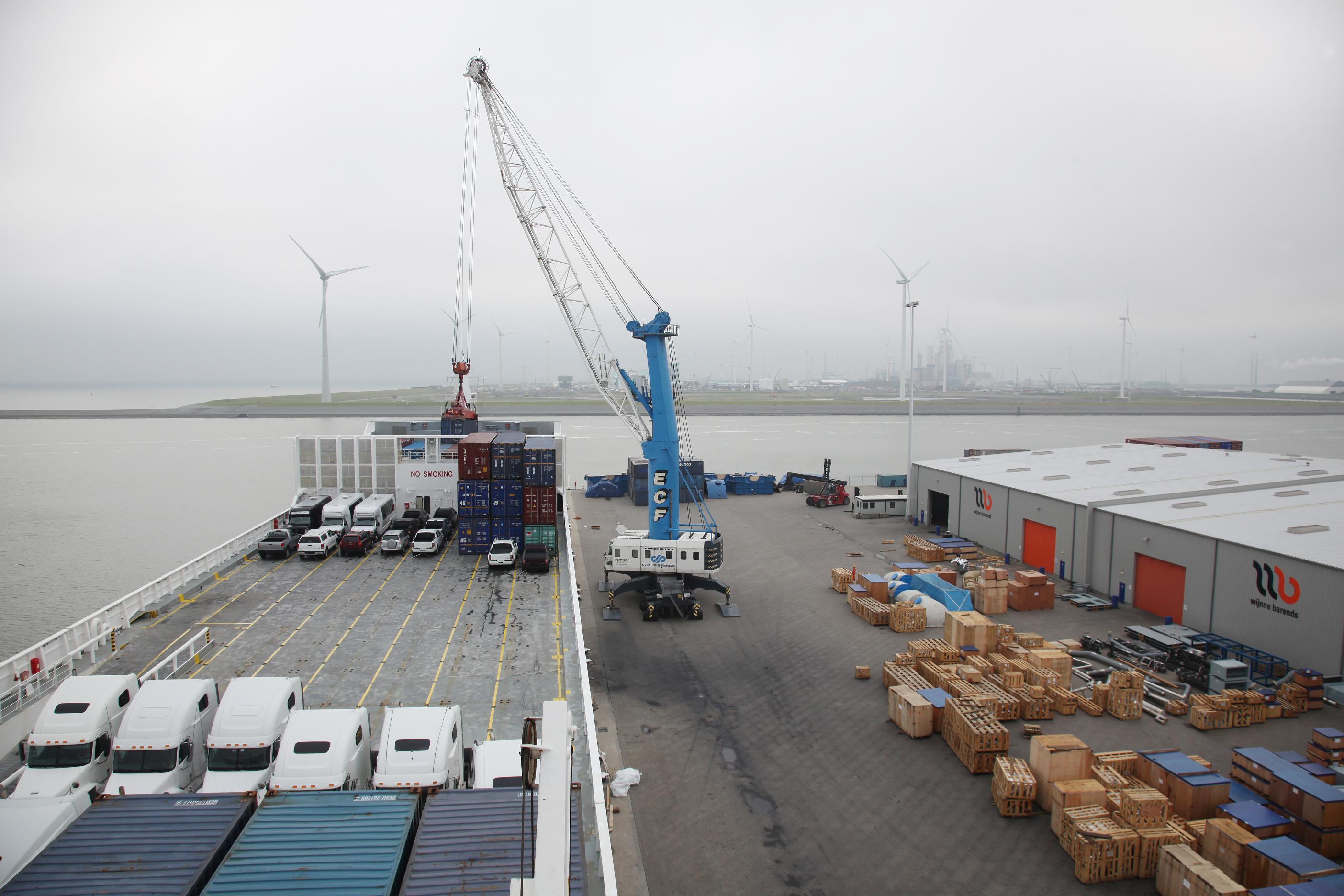 Archieffoto van de Liebherr havenkraan op de kade bij Wijnne Barends Logistics