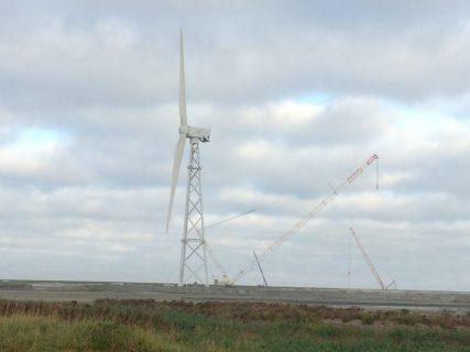 De opzienbarende windturbine van 2-B Energy is inmiddels geïnstalleerd in de Eemshaven