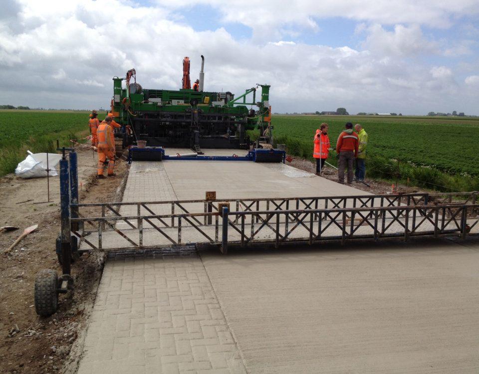 De aanleg van de betonnen wegdek van de Klaas Wiersumweg is in volle gang.